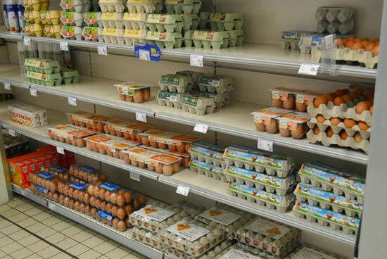 Trứng gà trên kệ siêu thị