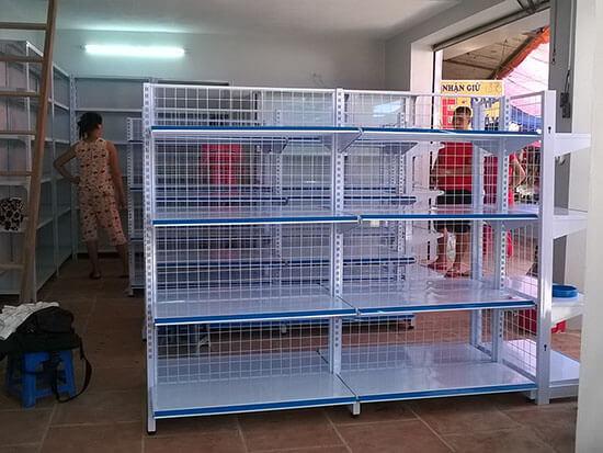 Chọn mua giá kệ siêu thị
